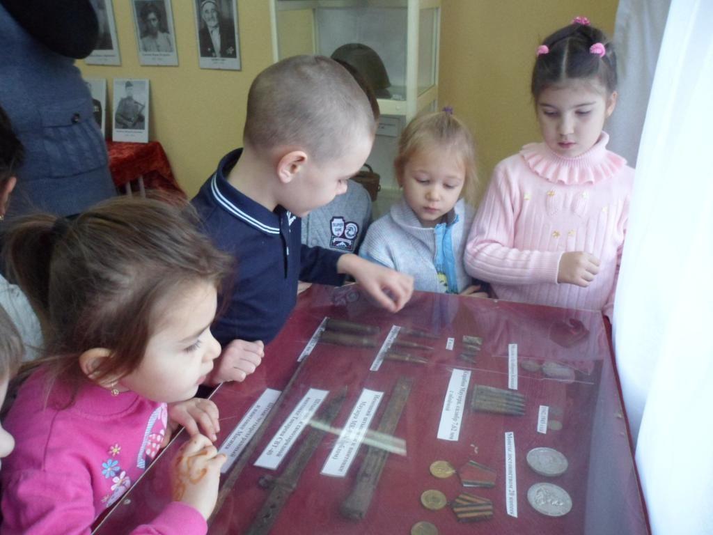 Дети рассматривают экспонаты школьного музея
